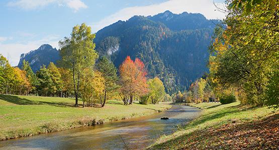 Herbstlandschaft an der Ammer, Fluss im Ferienort Oberammergau, Oberbayern